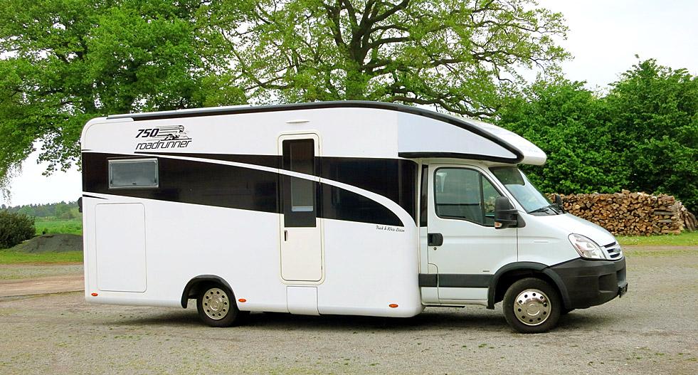 InnoMobil Road Runner 750 auf Iveco Daily 50C, Anhänger 3,5 TonnenAnsicht von vorne rechts zeigt die elegante Dachkontour