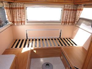 Große Stauraumklappe im Heck mit klappbarer Sitzbank